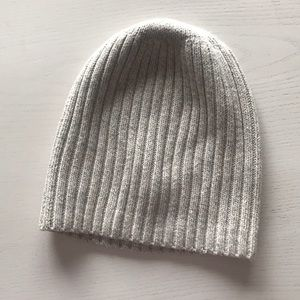 Oatmeal colored madewell knit hat, slouchy fit